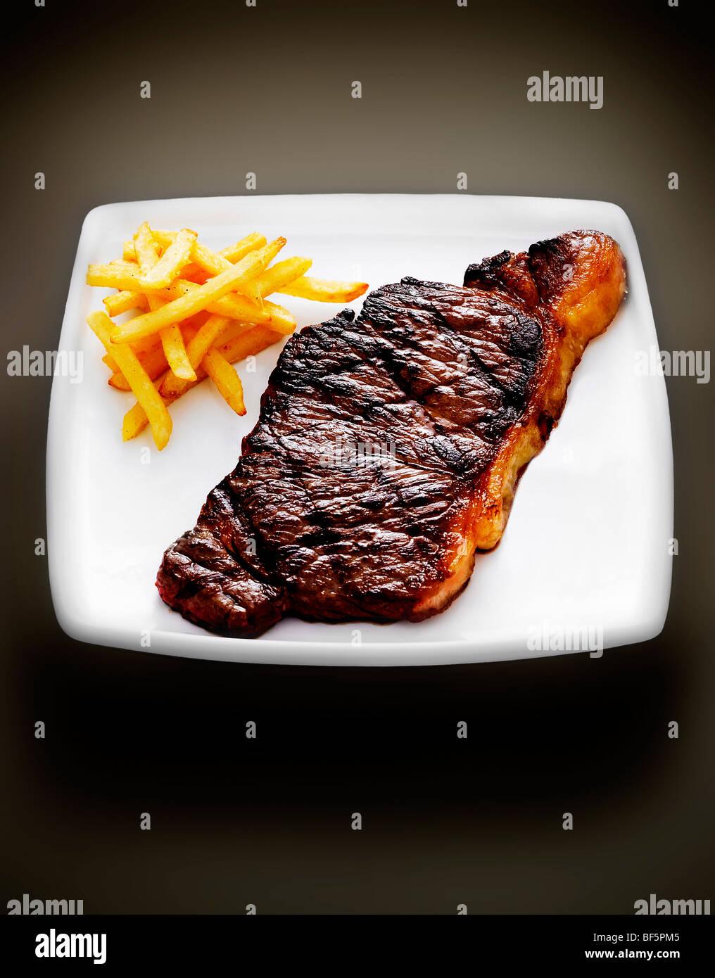 Steak und Pommes Frites. Stockbild
