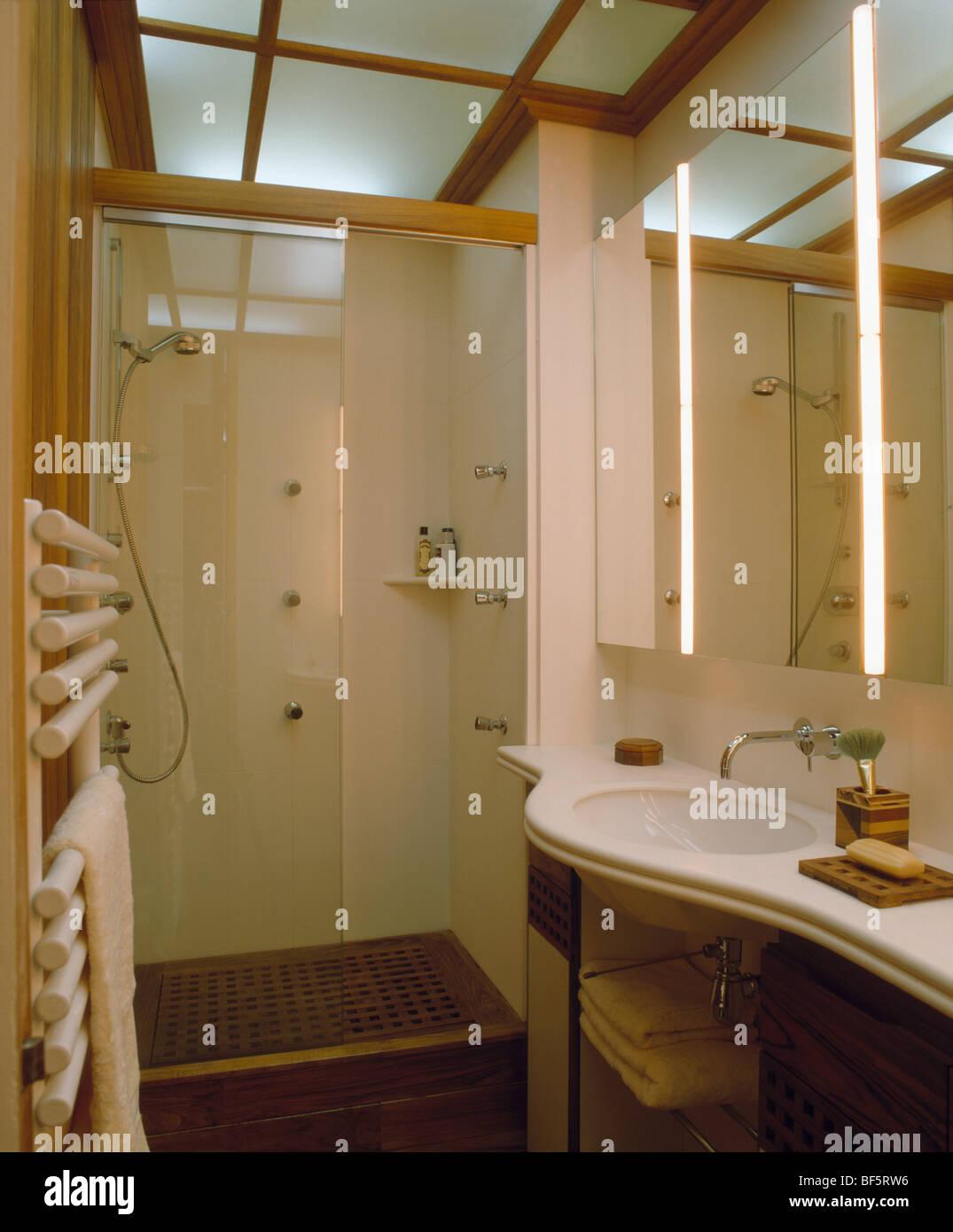 Opaken Glasscheiben in Decke im modernen Badezimmer mit ...