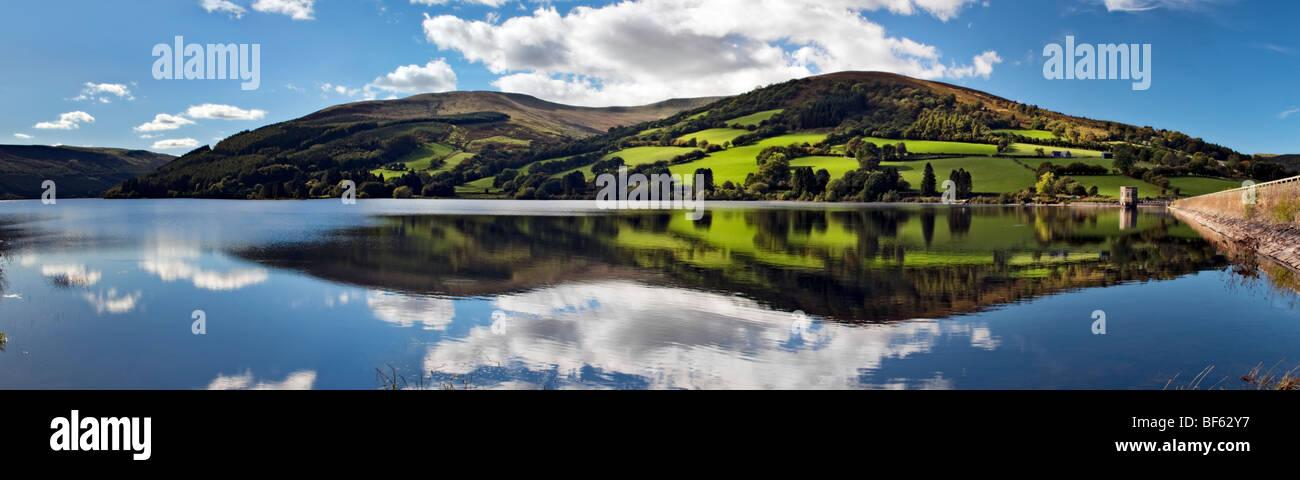 Perfekte Spiegelung an Wanderungen Reservoir, Brecon Beacons in Wales am schönen sonnigen Tag Stockbild