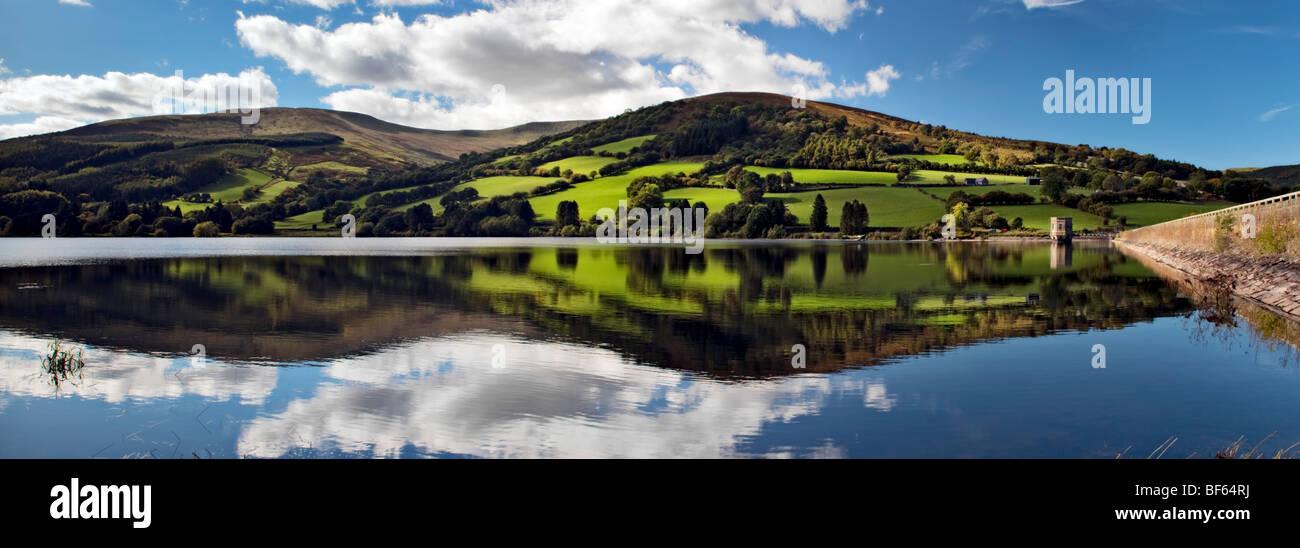 Panorama perfekte Reflexion an Wanderungen Reservoir, Brecon Beacons in Wales am schönen sonnigen Tag Stockbild