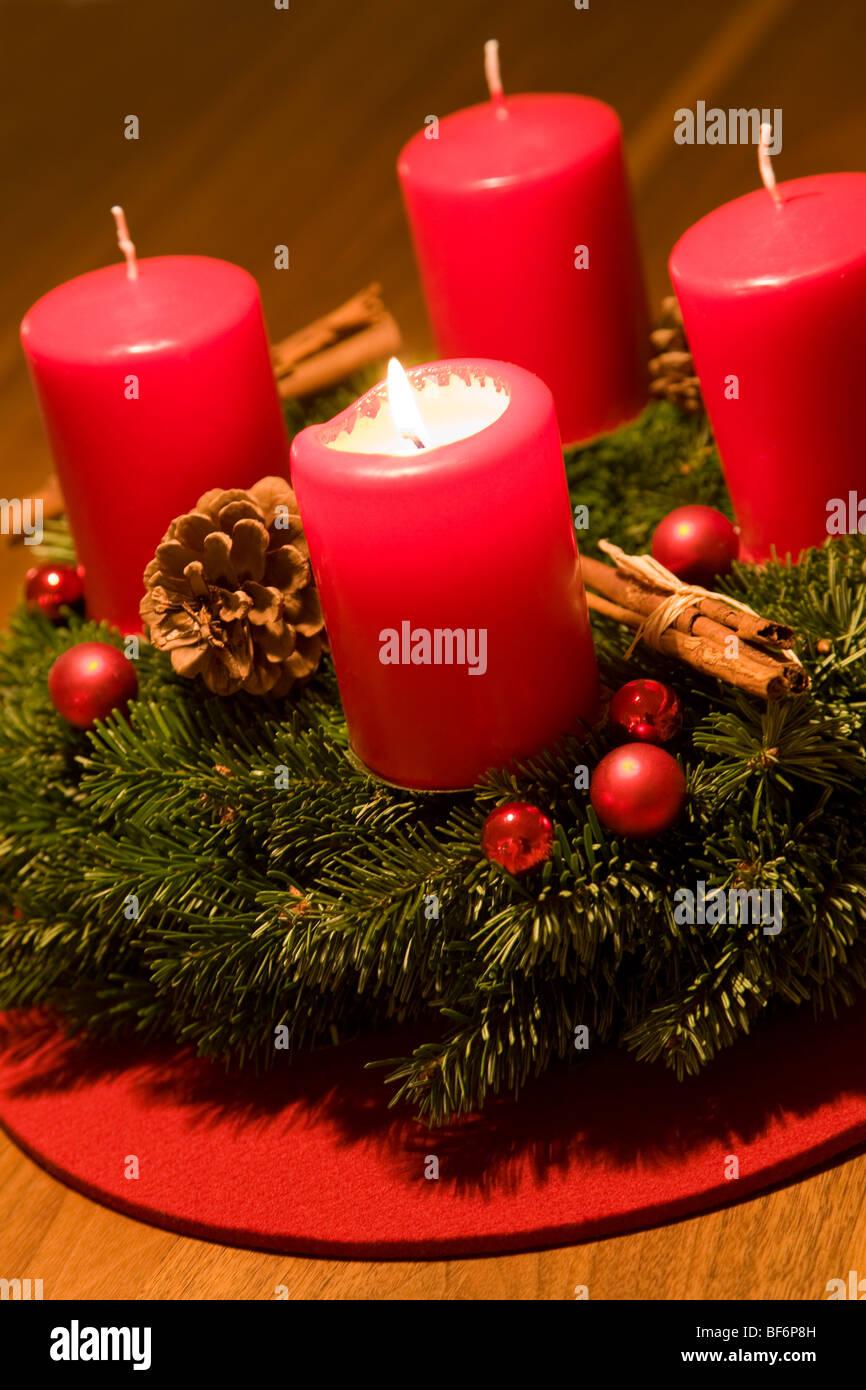 adventskranz 1 sonntag im advent brennende kerze. Black Bedroom Furniture Sets. Home Design Ideas