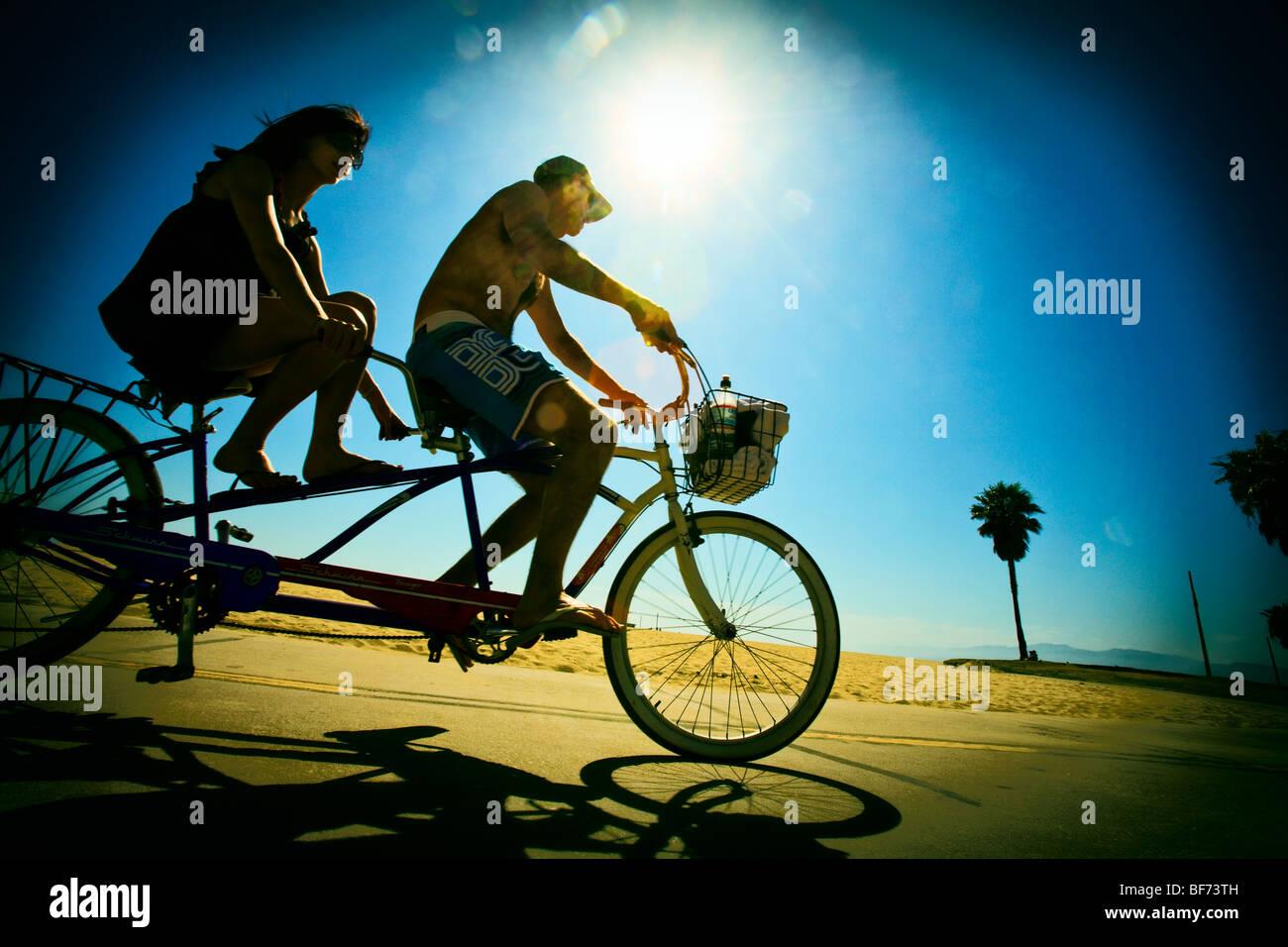 Tandem-Fahrrad Reiten, Venice Beach, Los Angeles County, California, Vereinigte Staaten von Amerika Stockbild