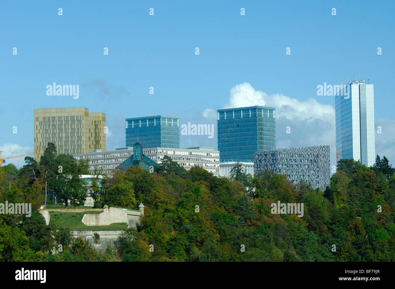 Blick über das Grund-Tal in Luxemburg gegen die EU Europäische Gebäude im Viertel Kirchberg - Luxemburg Stockbild
