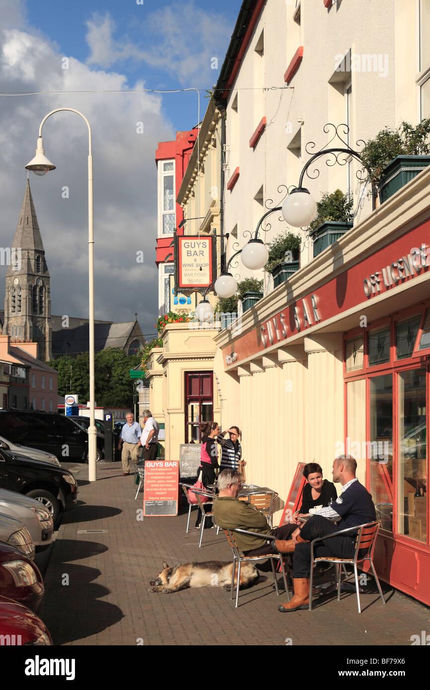 Jungs-Bar in Clifden; Straßencafé und Pub in Clifden, Connemara, Irland Stockbild