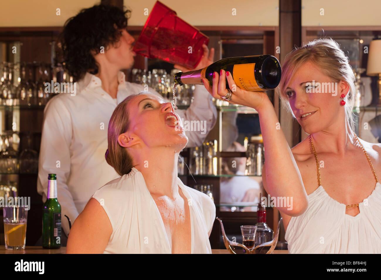 zwei Mädchen plus Barkeeper, Spaß Stockbild