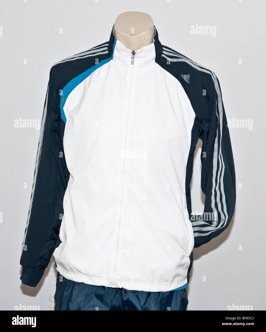 Adidas Trainingsanzug Jacke. adidas Logo drei weiße Streifen, die Arme. ca1c5e112d