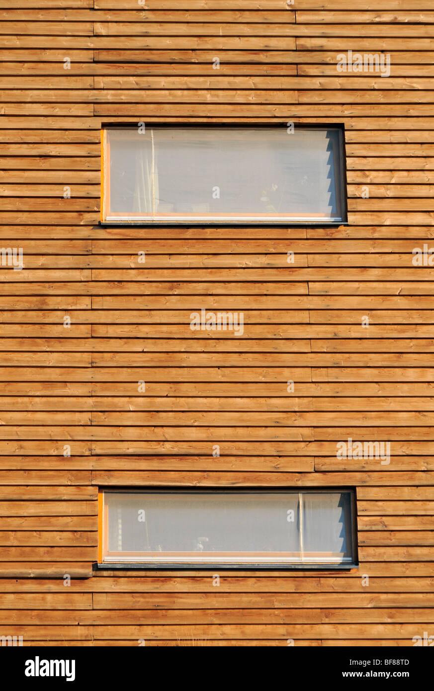 Architektonisches Detail Fenster auf hölzernen Fassade des nachhaltigen Gebäude des Slunakov Eco Center Stockbild