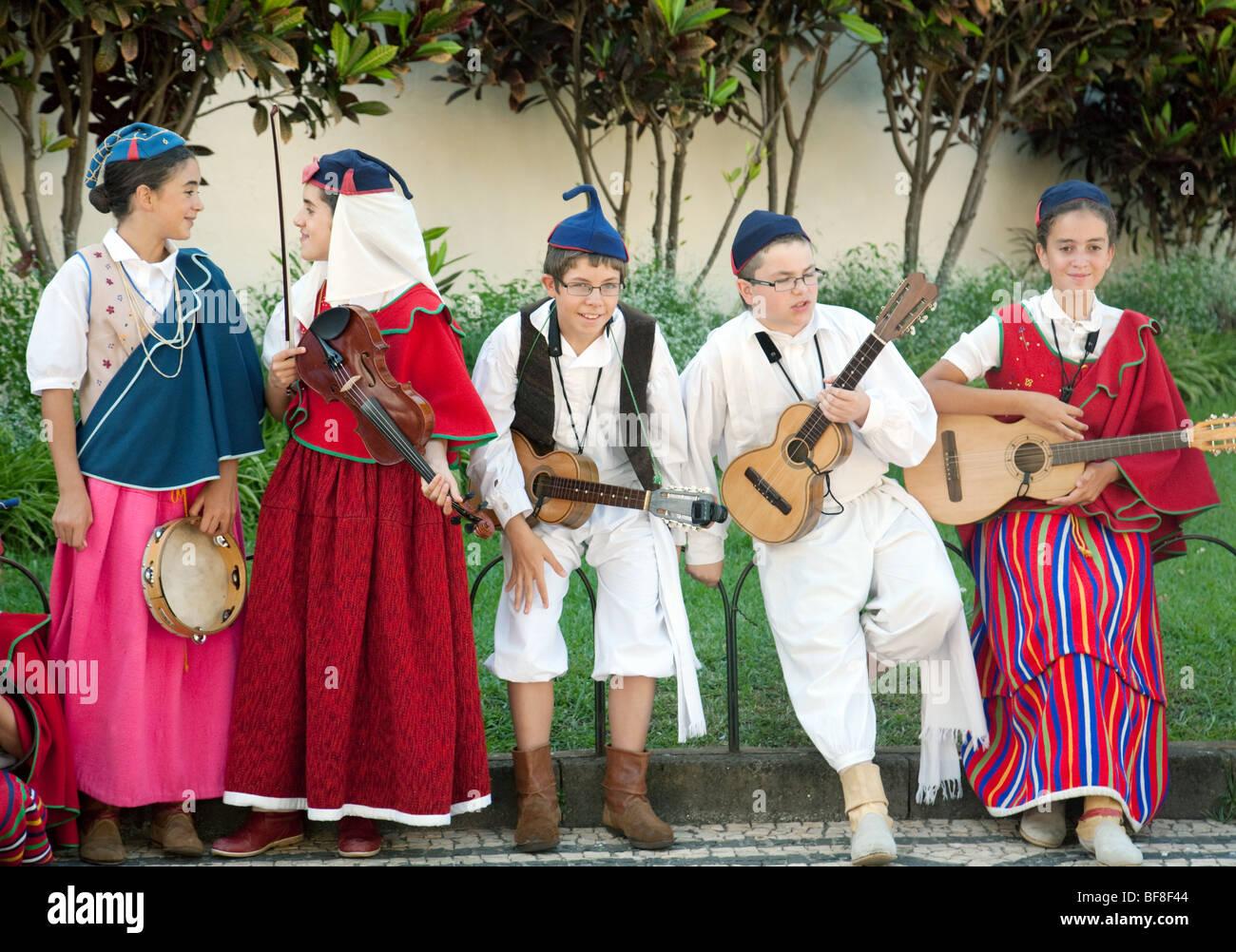 Madeira-Kinder in Tracht Musikinstrumente spielen und tanzen, Funchal, madeira Stockbild