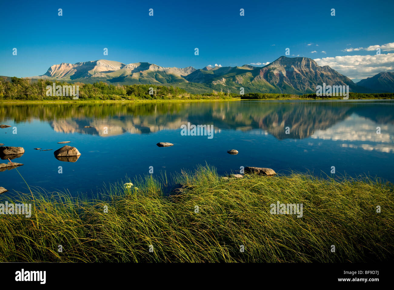 Sofa-Berg und Vimy Ridge angesehen von lower Waterton Lake, Waterton Lakes National Park, Alberta, Kanada Stockfoto