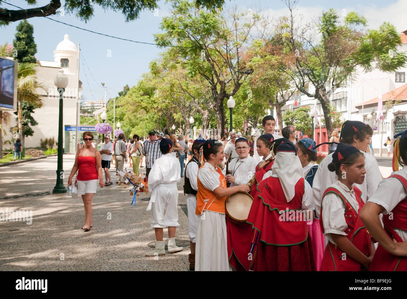 Madeira-Kinder in traditionellen Kostümen tanzen auf den Straßen von Funchal, Madeira Stockbild