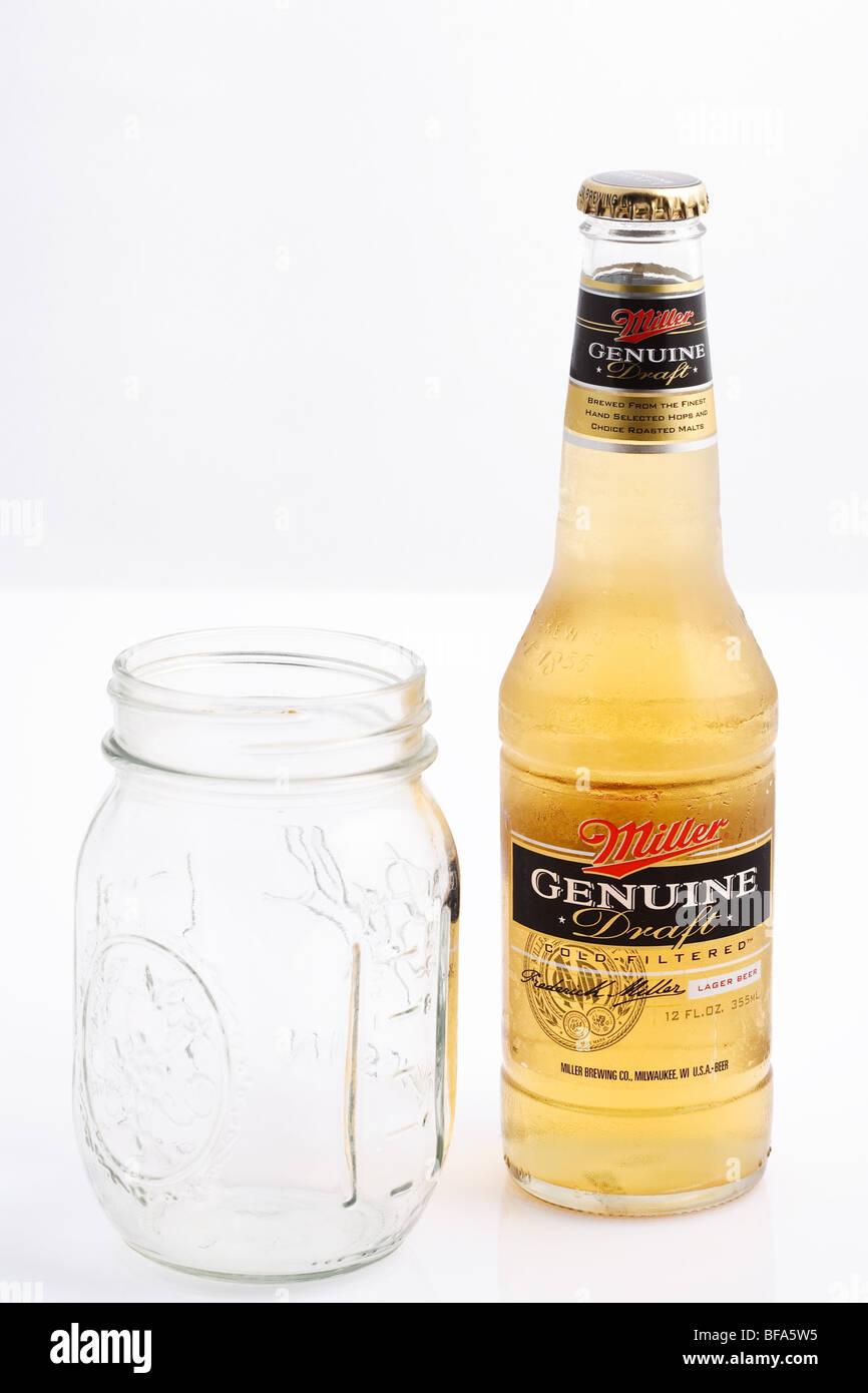 Eine Flasche Bier und Glas Stockbild
