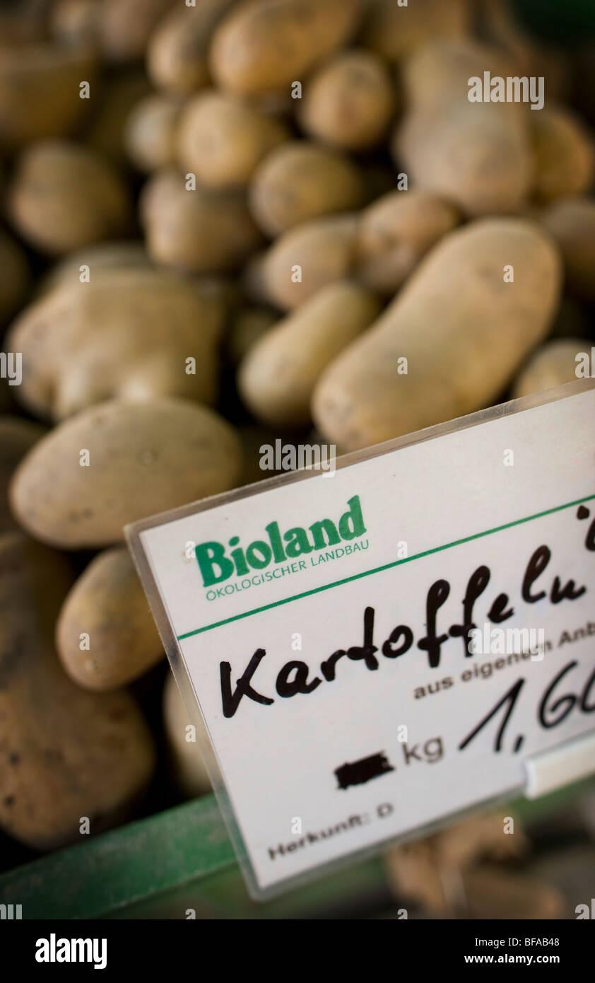 Kartoffeln aus biologischem Anbau auf einen Bauernmarkt. Berlin, Deutschland Stockbild