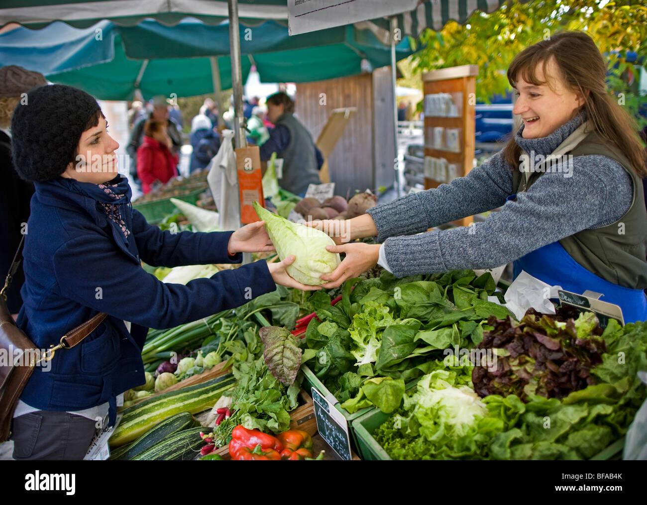 Eine junge Frau kaufen Gemüse auf einem Bauernmarkt, Berlin, Deutschland Stockbild