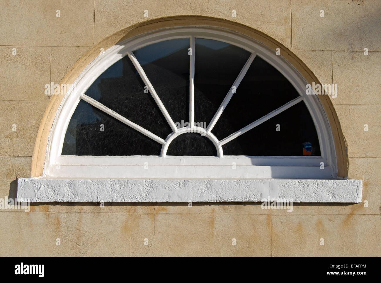 halb rundes fenster mit sunburst design in richmond nach themse surrey england stockfoto. Black Bedroom Furniture Sets. Home Design Ideas