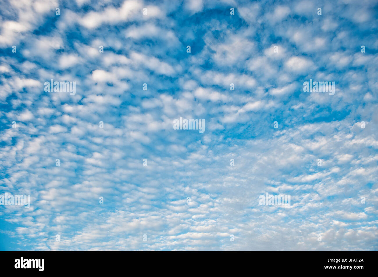 Himmel und Wolken. Stockbild