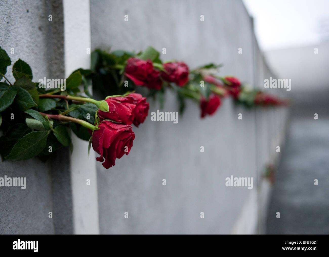 rote Rosen in der Berliner Mauer am 20. Jahrestag des Falls der Mauer um denen zu gedenken, starb auf der Flucht Stockbild