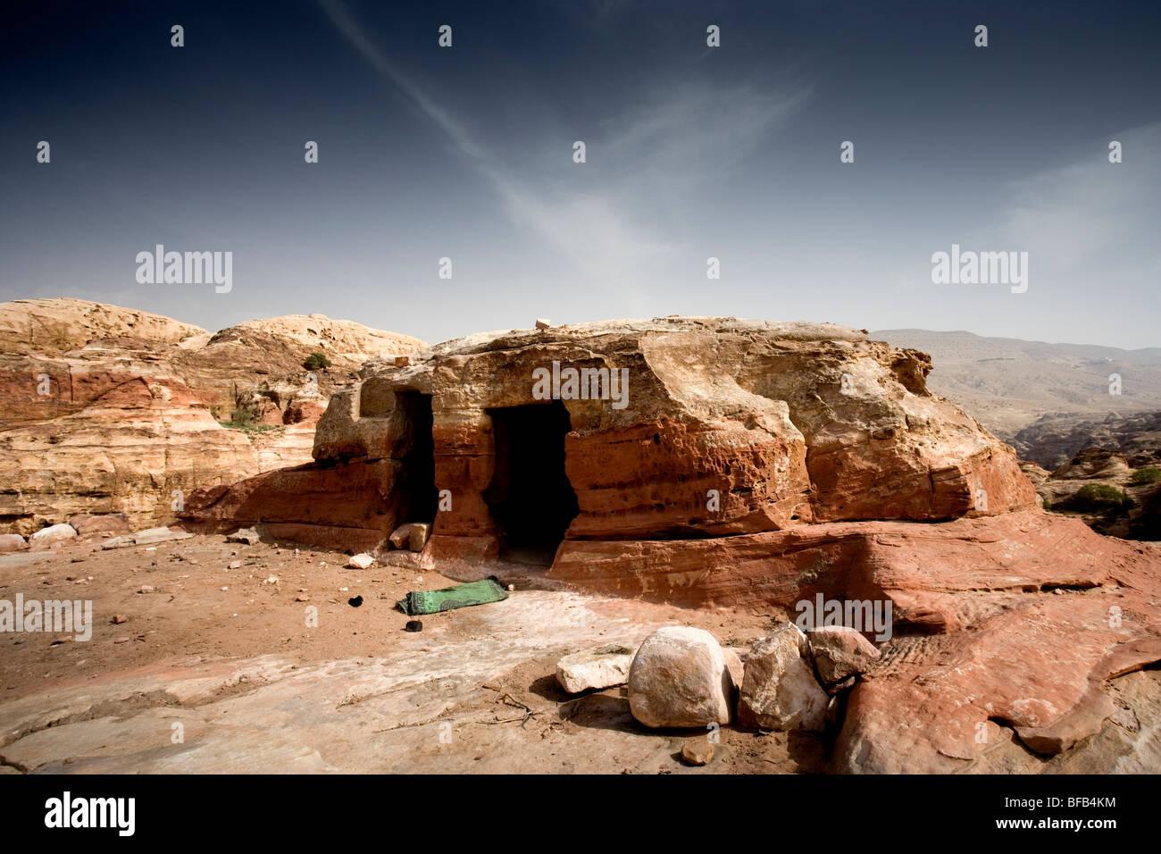 Höhle, die Wohnung am Jabal Al-Khubtha, Petra, Jordanien Stockbild