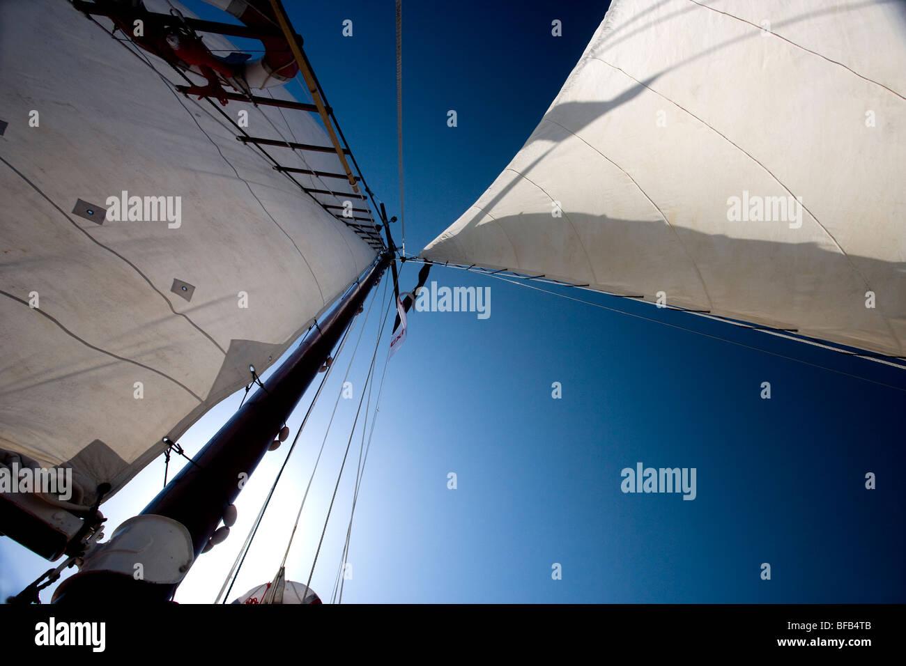 Segeln auf einem Oldtimer-Boot über der Adria, Kroatien Stockbild