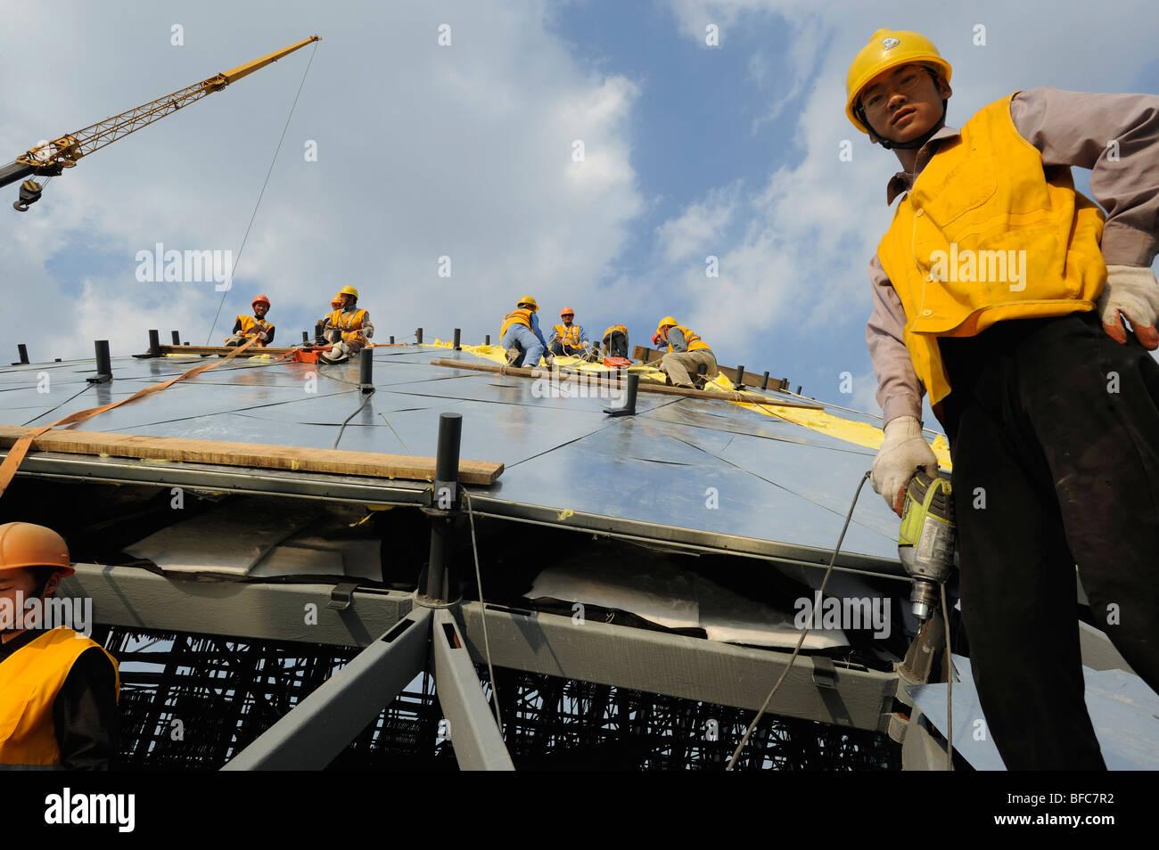 Chinesische Arbeiter auf der Baustelle der World Expo 2010 in Shanghai, China. 15. Oktober 2009 Stockbild