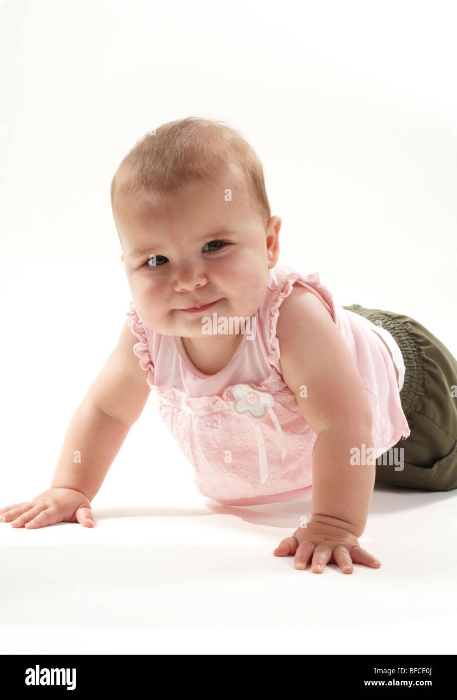 12 Monate altes Baby Mädchen spielen auf Boden in rosa Stockfoto ...