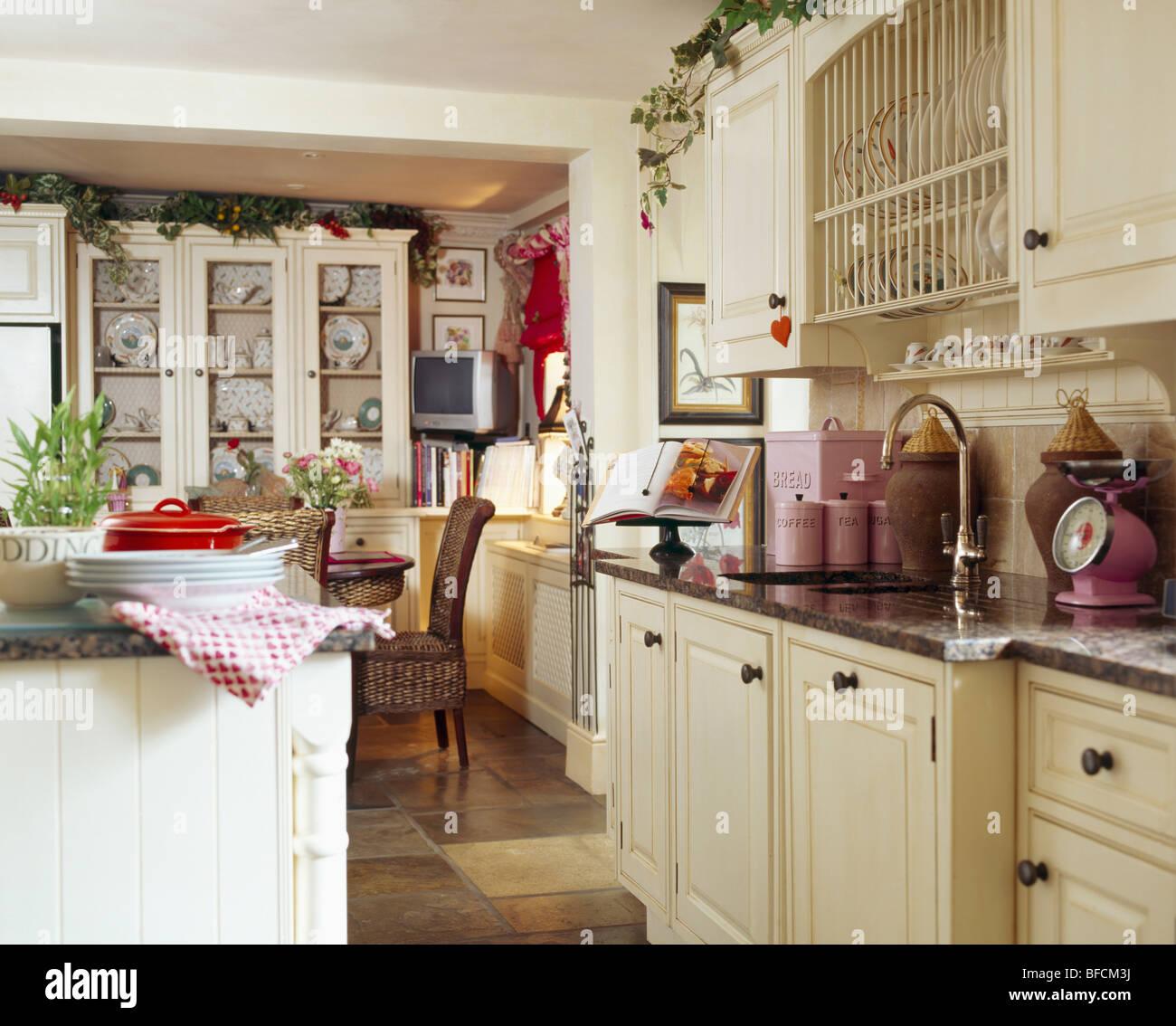 Traditionelle Creme Country Kuche Esszimmer Stockfotografie Alamy