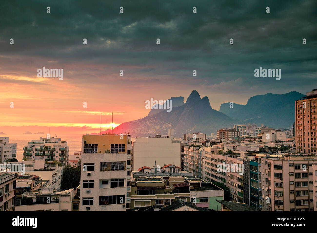 Blick über Tops von Wohngebäuden und Berge bei Sonnenuntergang in Ipanema, Rio de Janeiro Brasilien Stockfoto