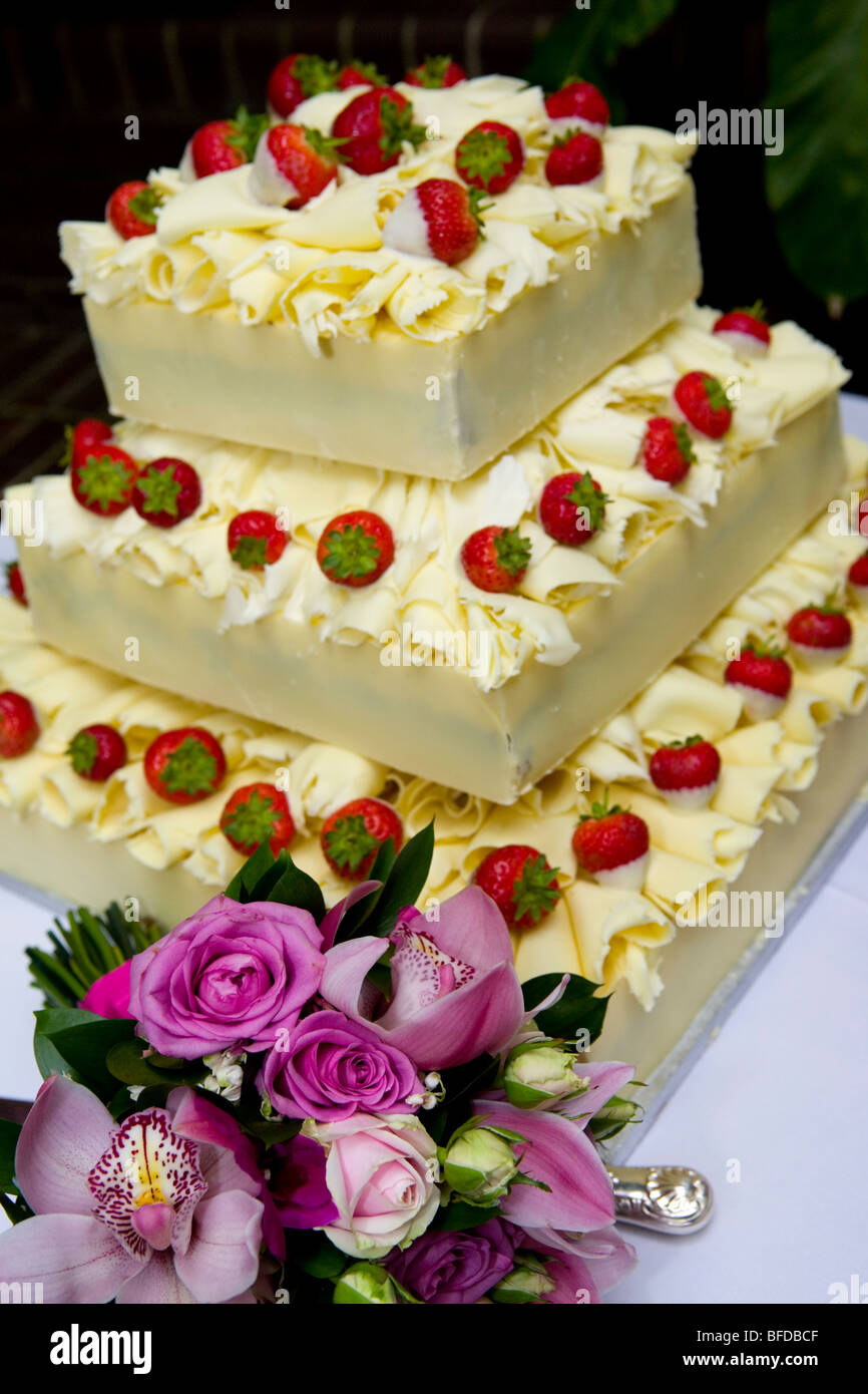 Schokolade Und Frischen Erdbeeren Hochzeitstorte Stockfoto Bild