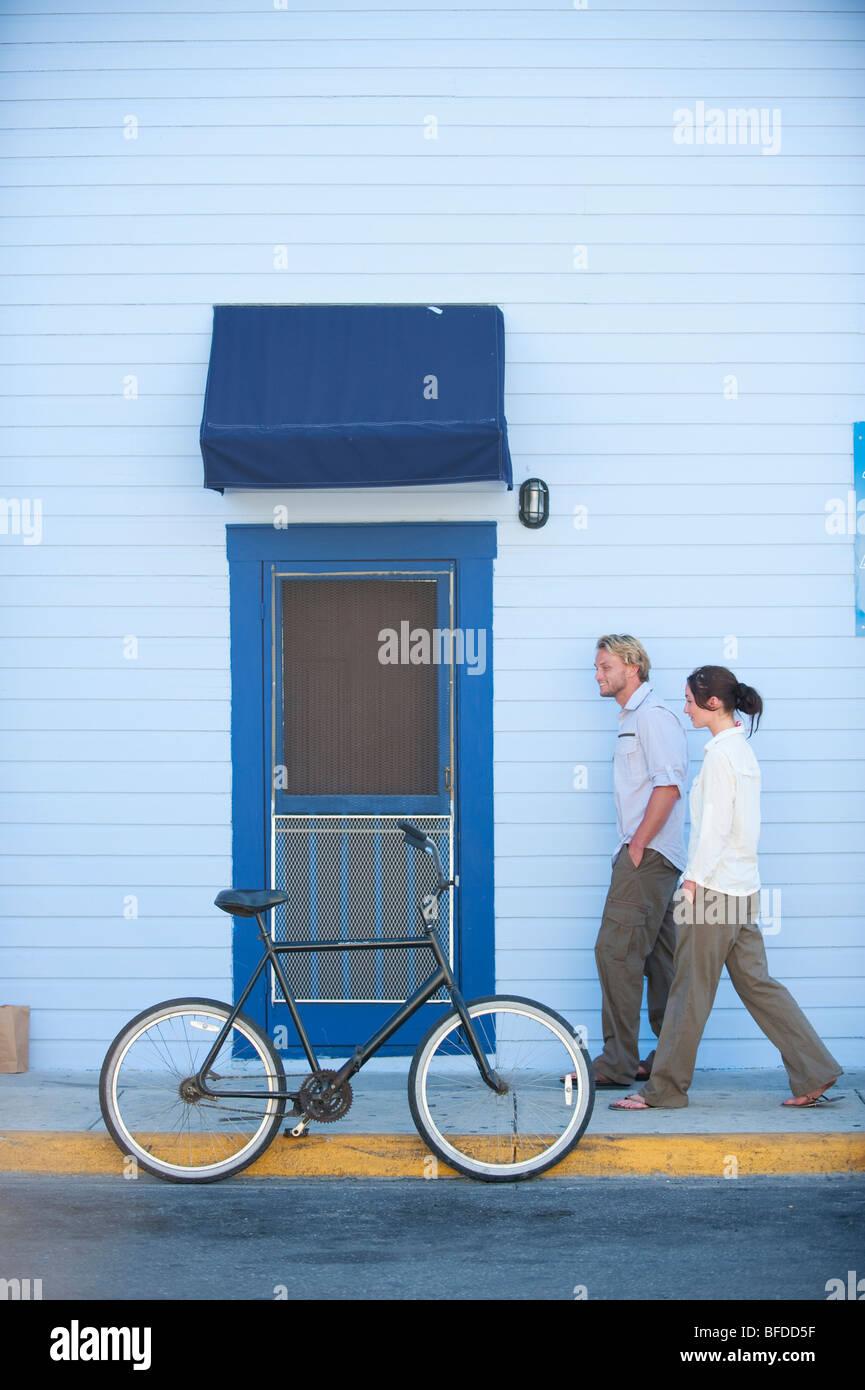 Ein Mann und eine Frau spazieren Sie die Straßen von Key West, Florida. Stockbild