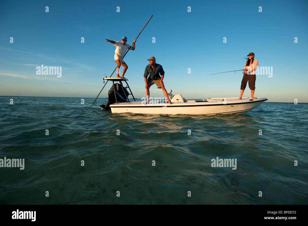 Eine Frau Fische während eines Mannes Uhren und ein-Mann-Piloten das Boot in Florida. Stockbild