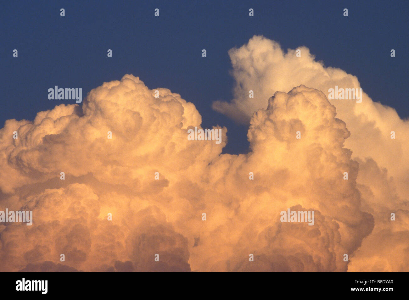 Bedrohlich Cumulonimbus Wolke Gebäude gegen blauen Himmel ...