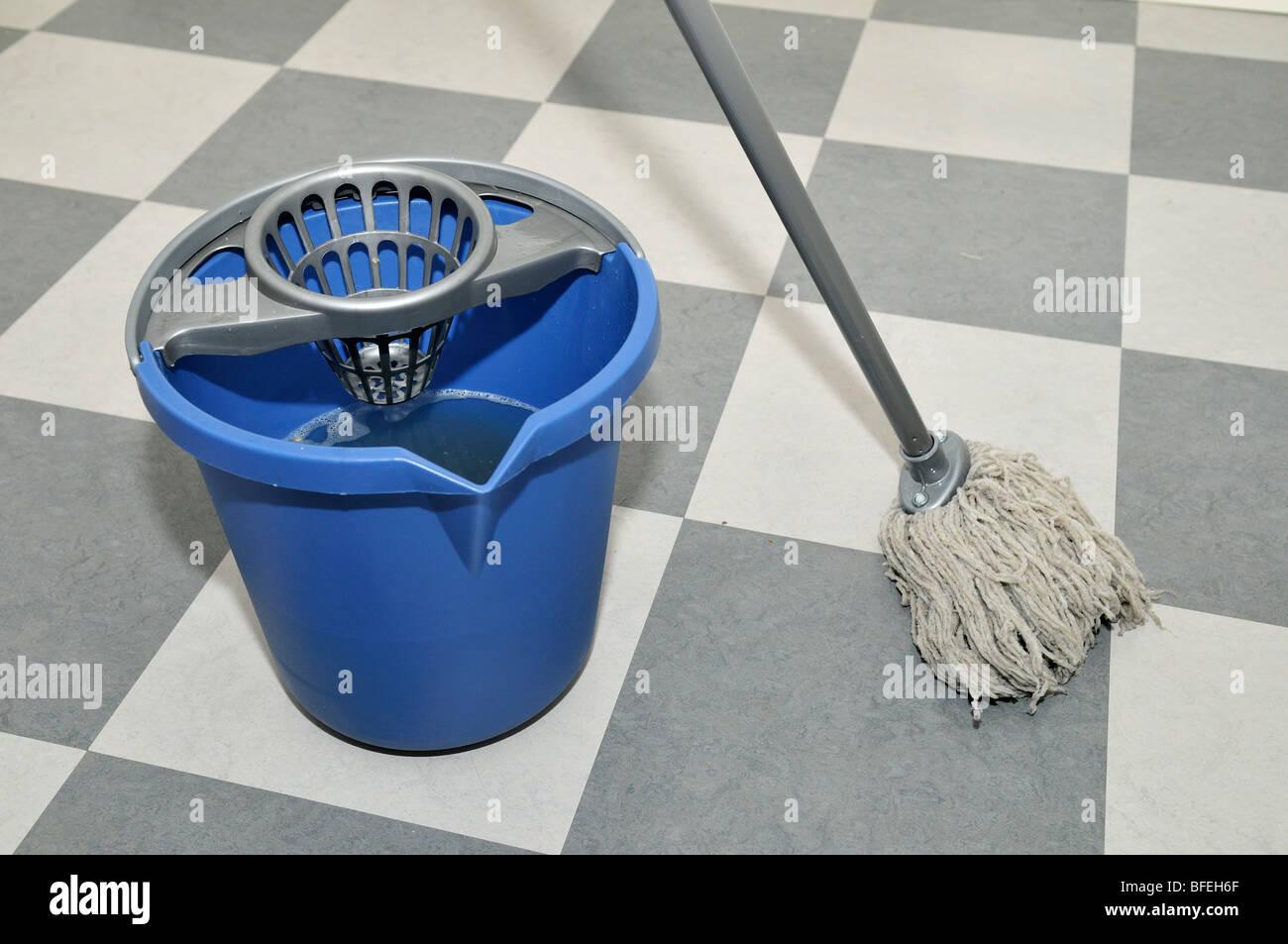 Fußboden Wischen ~ Jemand einen fußboden wischen stockfoto bild  alamy