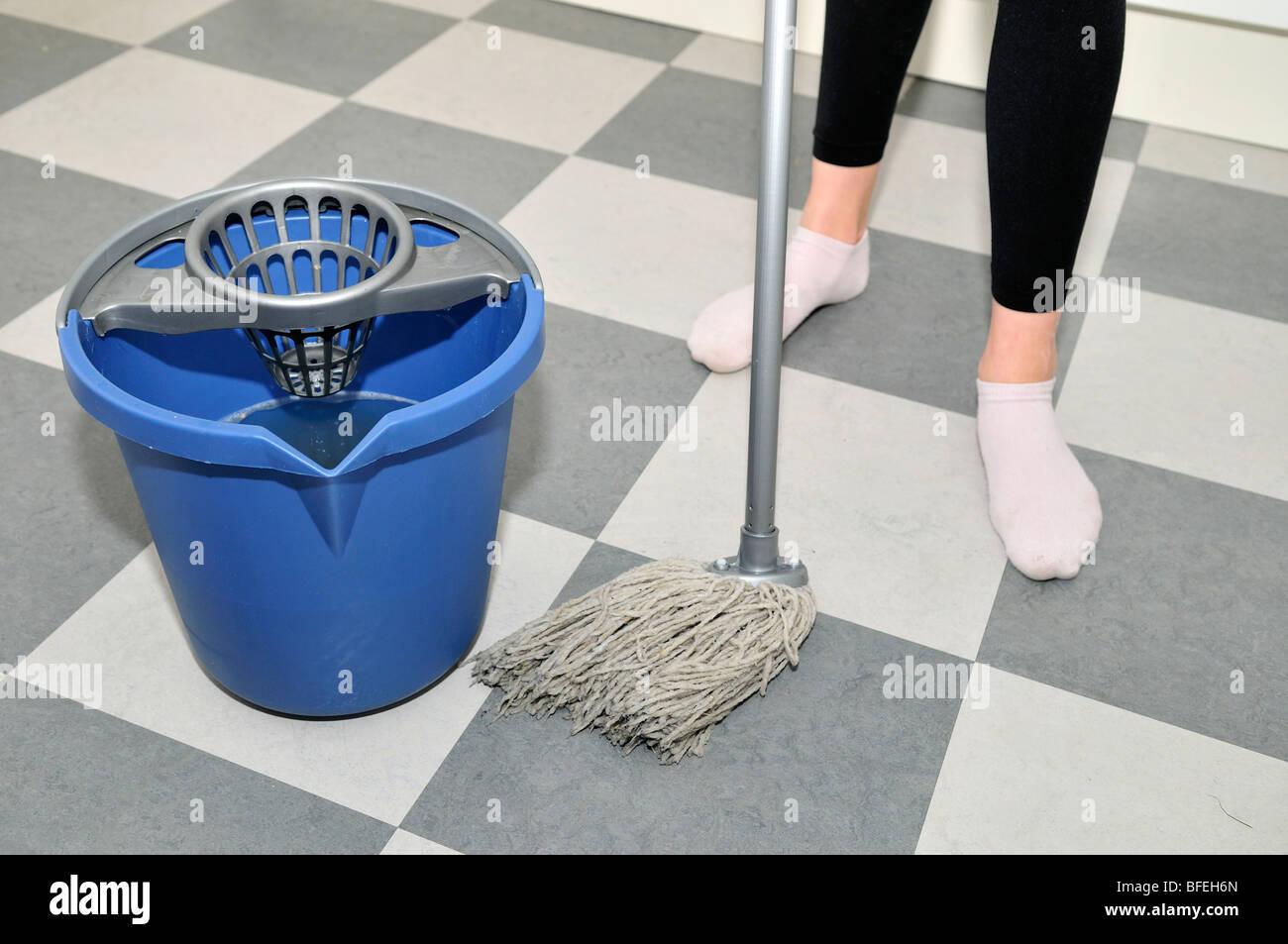 Fußboden Wischen ~ Jemand einen fußboden wischen stockfoto bild: 26751053 alamy