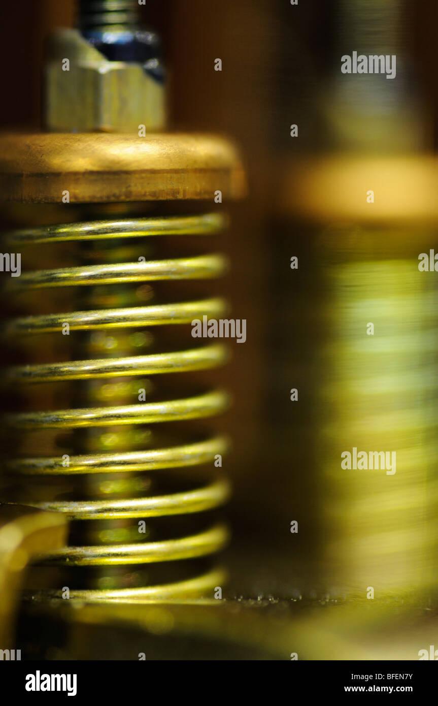 Nahaufnahme von der Federmechanismus im Inneren ein Relais Schaltgerät Stockbild