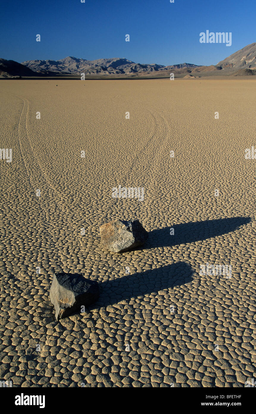 Rock-Trails auf The Racetrack, Death Valley Nationalpark, Kalifornien, USA Stockbild