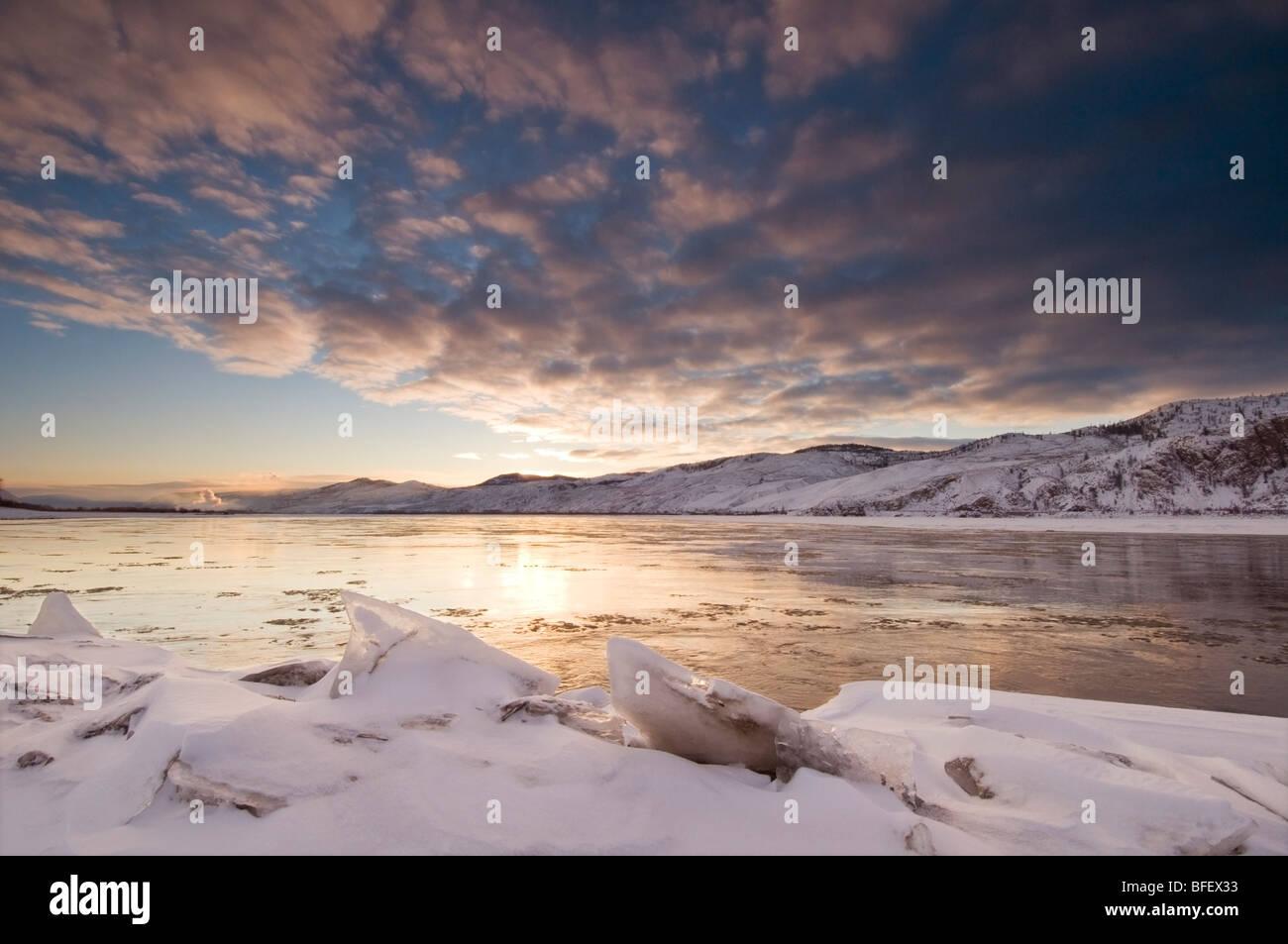 Eisbrocken erstellen Vordergrund für einen schönen Sonnenaufgang über Thompson River, wo es in Kamloops Stockbild