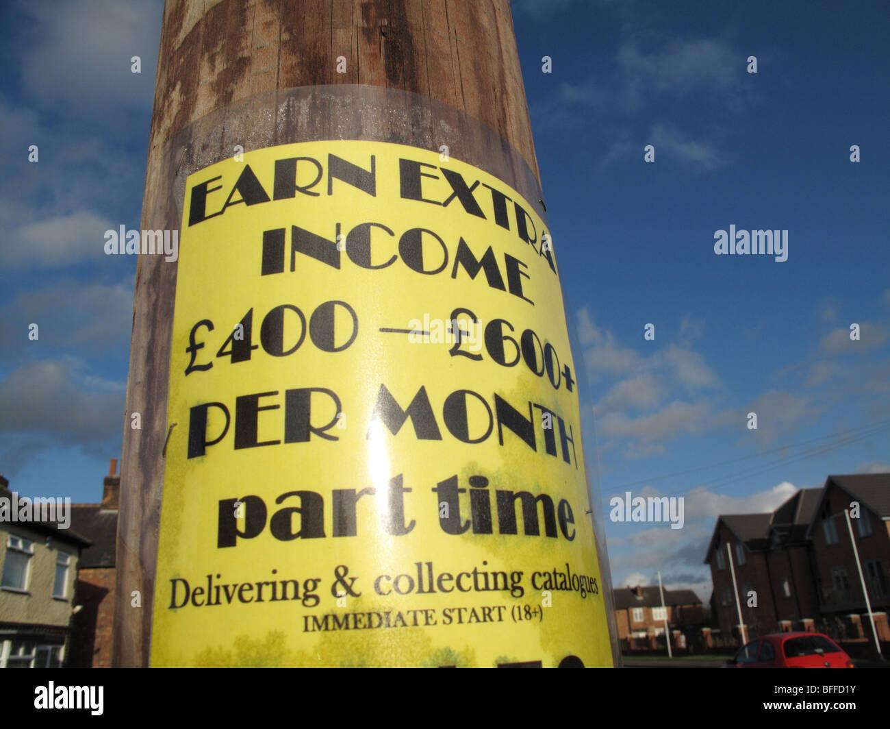 Ein verdienen Nebeneinkommen Schild am Straßenrand in einer Stadt, U.K. Stockbild