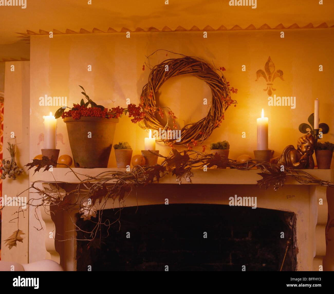 Kerzen Und Kranz Auf Kaminsims Dekoriert Für Weihnachten