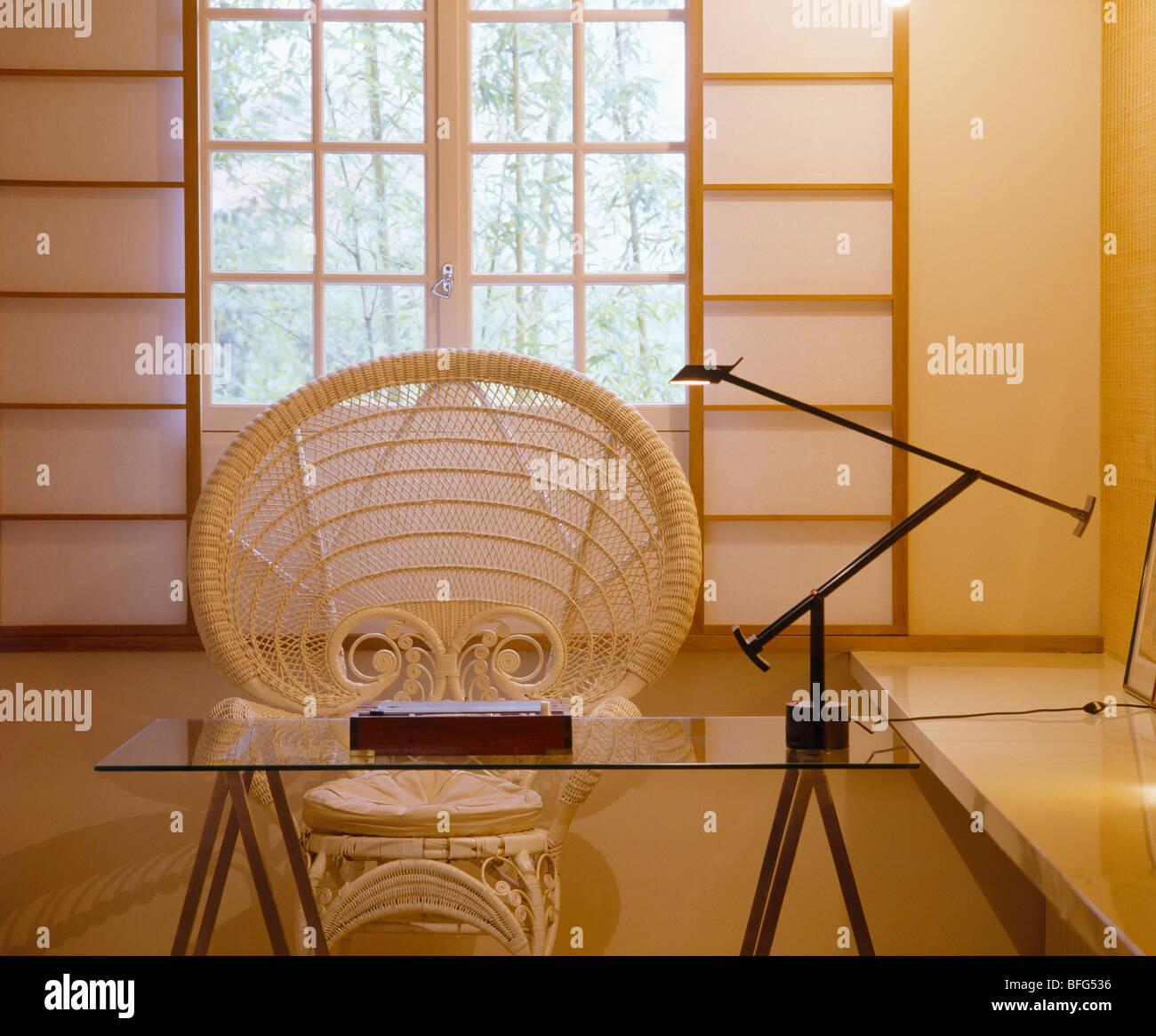 Wicker Pfau Stuhl Und Glas Tisch Mit Artemide Lampe In Modernen