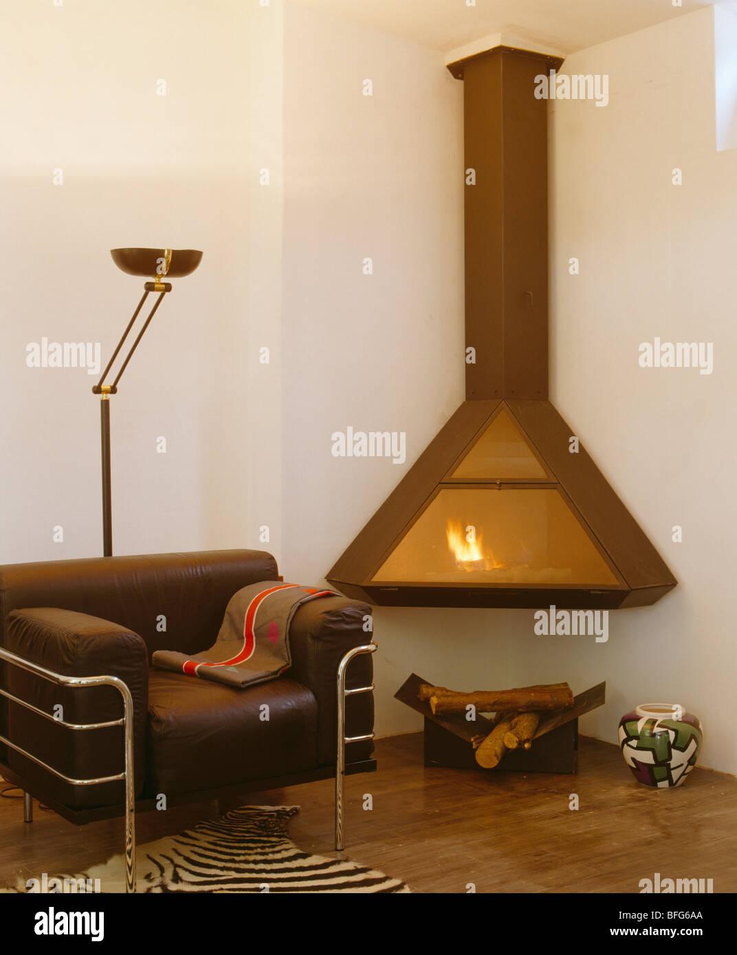 Braun Leder + Chrom Sessel neben Wand-Kamin in moderne Wohnzimmer ...