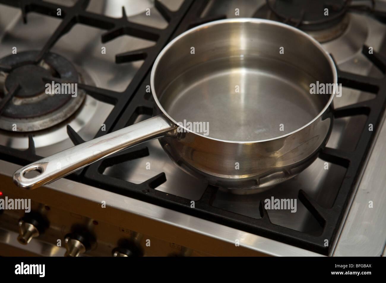 Topf Mit Wasser Kochen Auf Einem Gasherd Stockfoto Bild 26790370