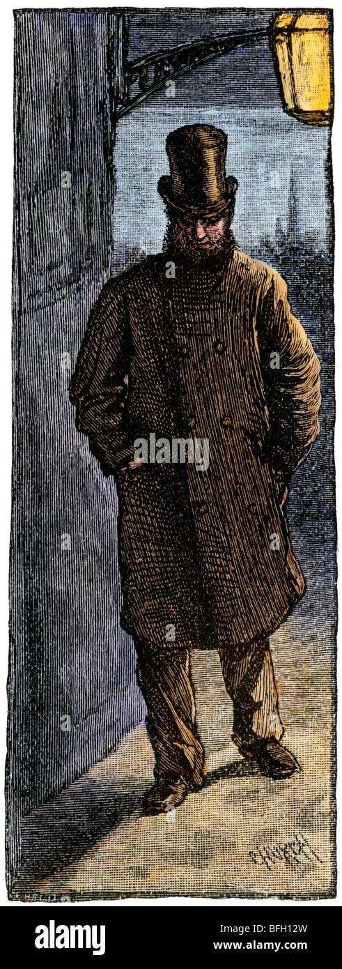 Londoner in einem Hut wandern in der Nacht durch Gaslicht. Hand - farbige Holzschnitt Stockbild