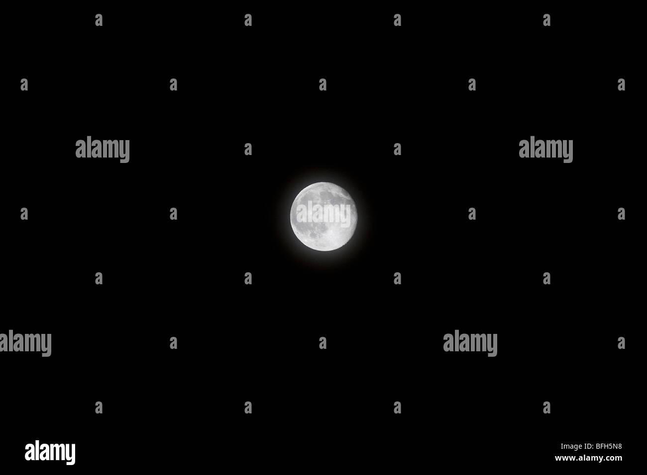 Detaillierten Vollmond in ein rein schwarzer Himmel Stockbild