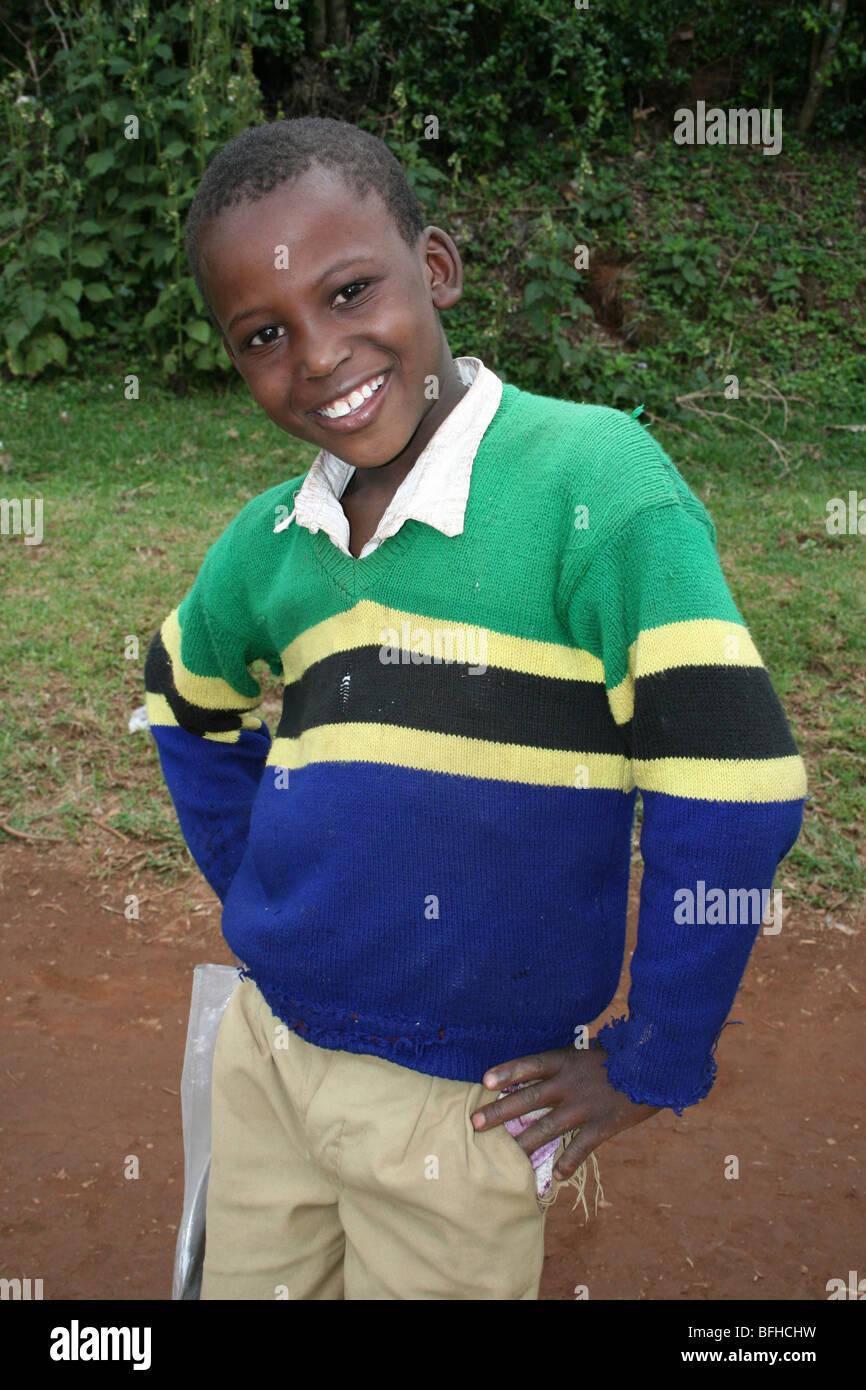 Tansanische Schüler des Stammes Chagga tragen tansanische Flagge Jumper Stockbild
