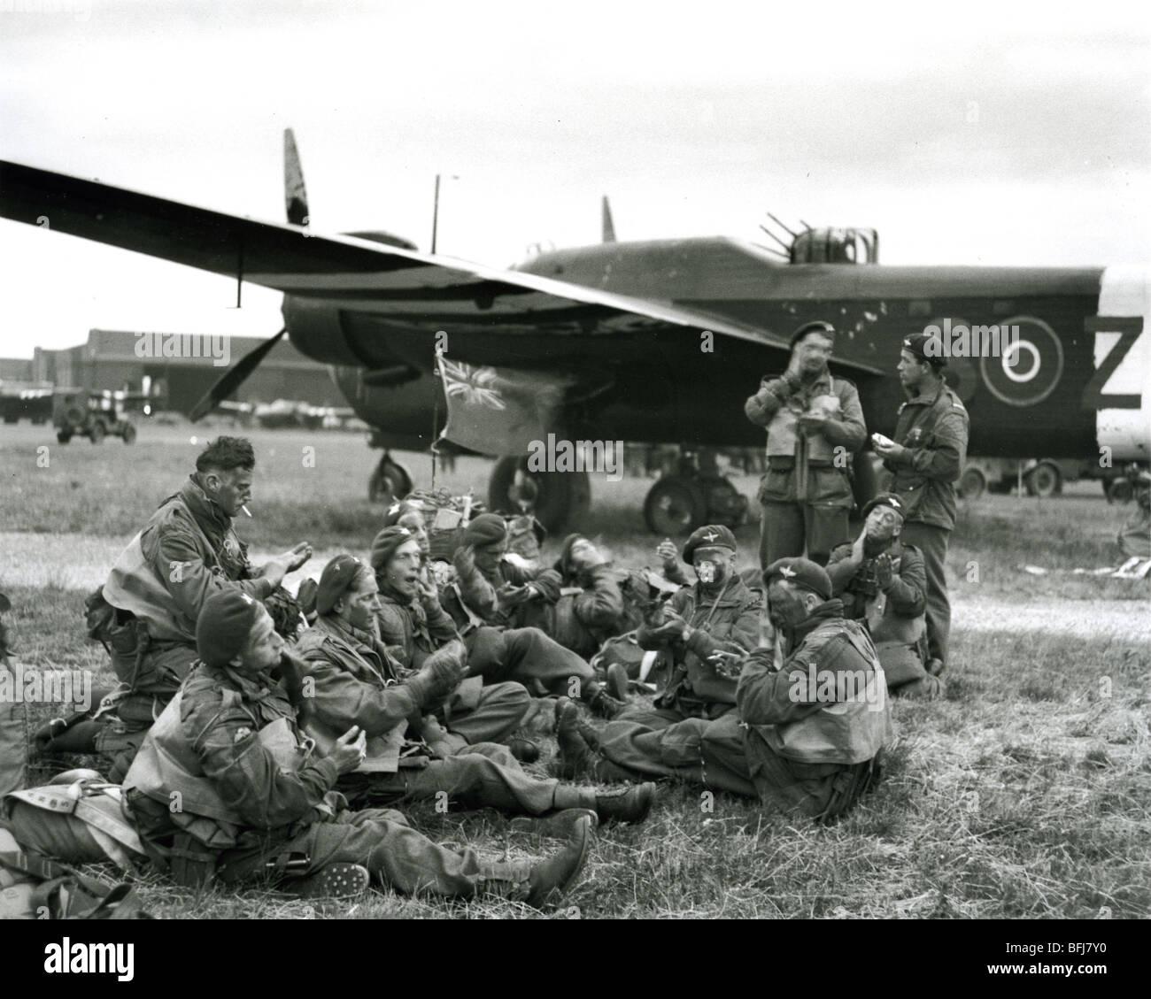 D-Day 6. Juni 1944. Britische Fallschirmjäger neben einem Albermarle ...