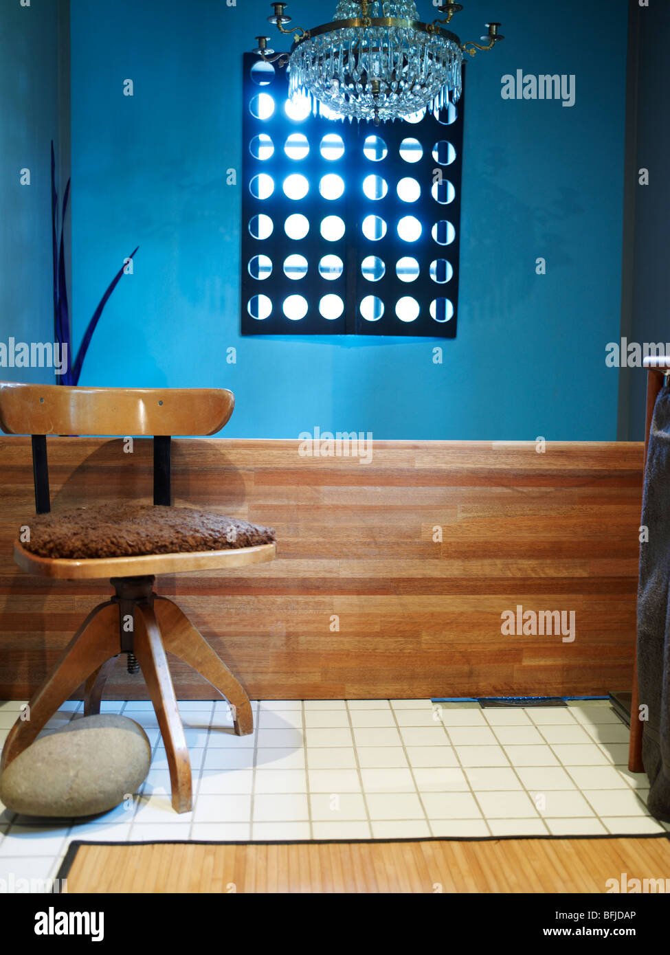 Einer Blauen Wand Und Einen Stuhl Schweden Stockfoto Bild