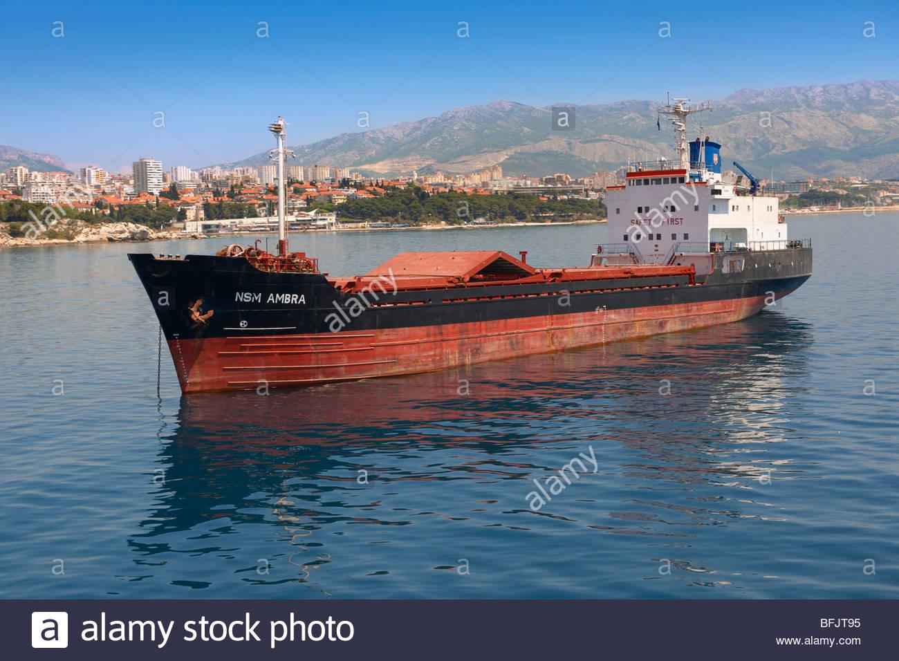 Schiff vor Anker außerhalb Hafen von Split, Kroatien. Stockfoto