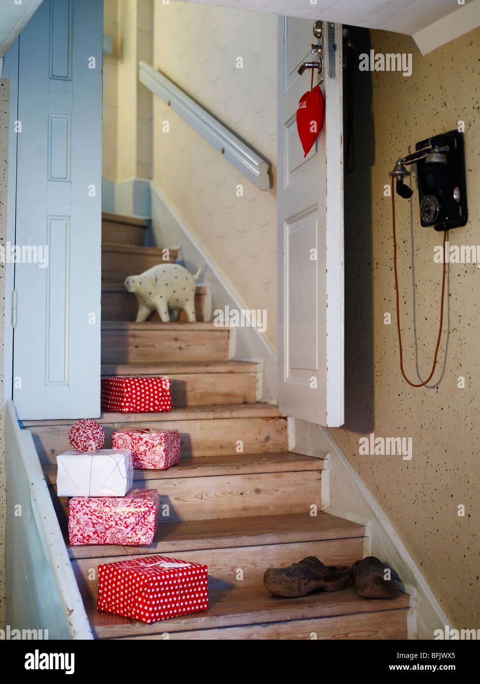 Weihnachtsgeschenke In Schweden.Weihnachtsgeschenke In Einem Treppenhaus Schweden Stockfoto Bild