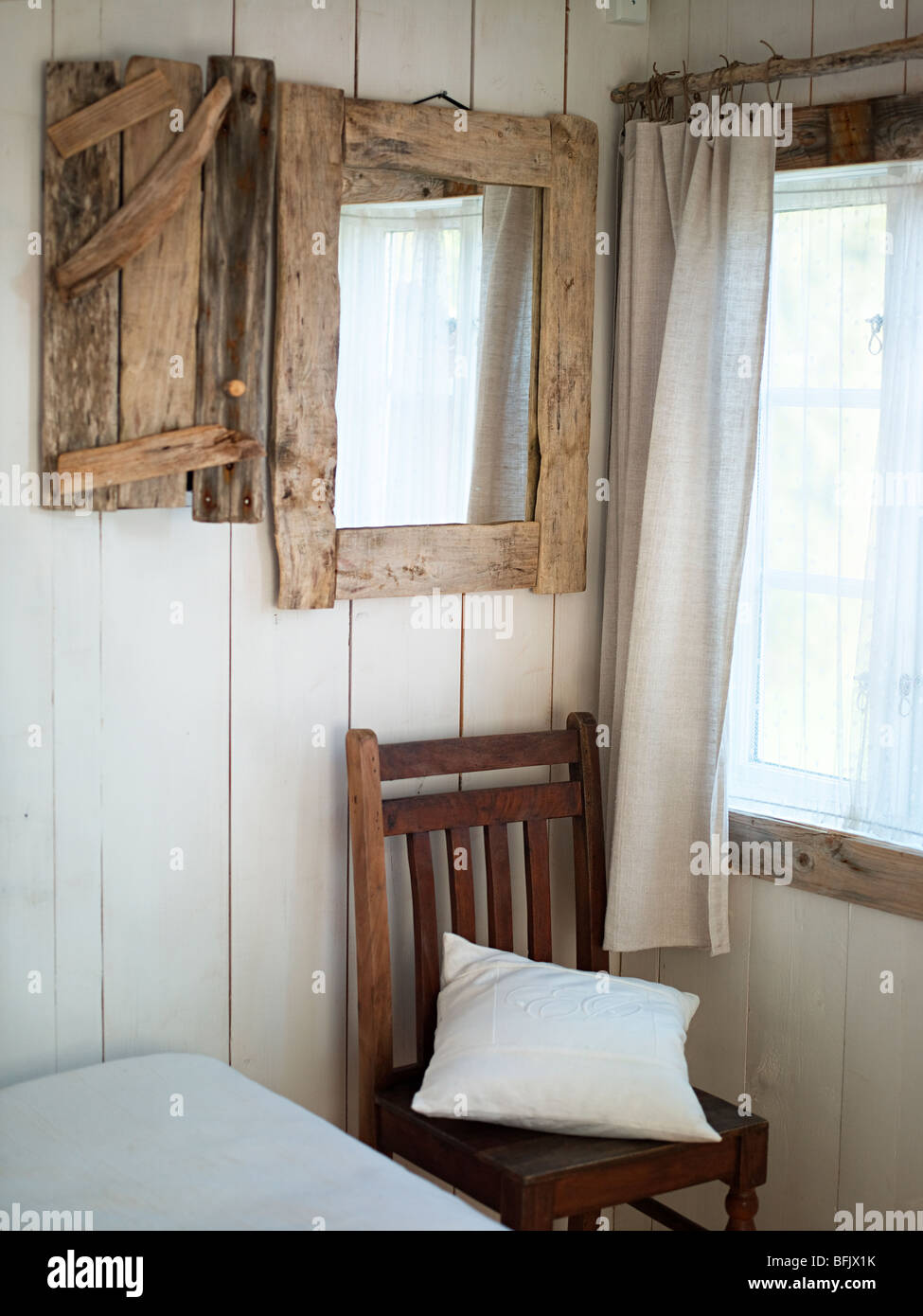 Ein hölzerner Spiegel im Schlafzimmer, Schweden Stockfoto, Bild ...