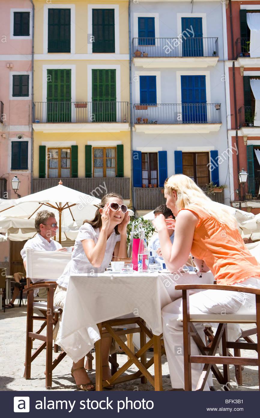 Frauen in sonnigen Outdoor-café Stockbild