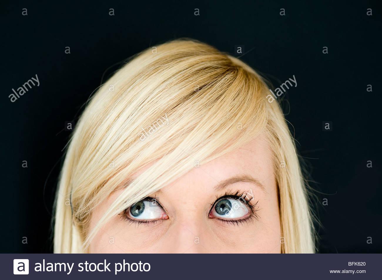 Blonde Frau auf der Suche nach links Stockbild